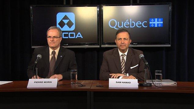 Le président d'Alcoa Canada, Pierre Morin, et le ministre du Développement économique, Sam Hamad, à Montréal