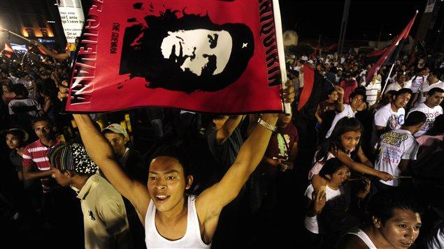 Des partisans de Daniel Ortega ont manifesté dans les rues de Managua dimanche soir.