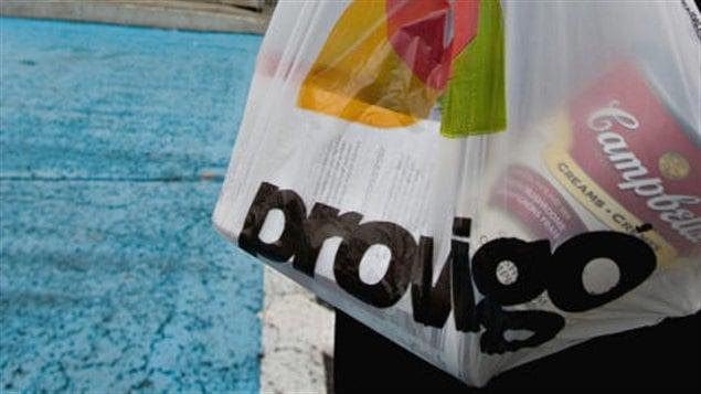 Un sac à provisions de la cahîne d'alimentation Provigo.