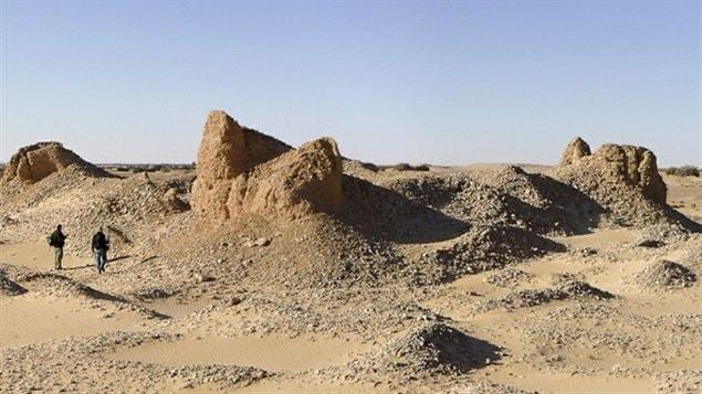 Des vestiges de ce qui aurait pu constituer les murs d'un fort, dans le désert Libyen