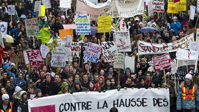 Des milliers d'étudiants ont manifesté contre la hausse des frais de scolarité, à Montréal, le 10 novembre 2011.