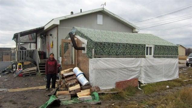 Des dizaines de personnes dorment dans des tentes et des cabanes en bois non isolées