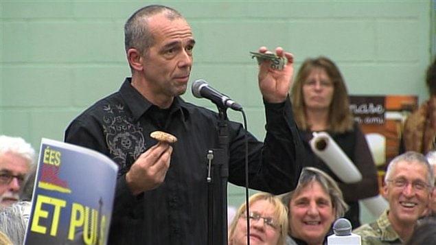 Serge Fortier, un opposant aux gaz de schistes, propose aux membres du comité de manger un champignon contre de l'argent, sans leur dire s'il est vénéneux ou comestible.