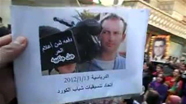 Image tirée d'une vidéo où est écrit en arabe « Gilles Jacquier, victime d'une presse libre »