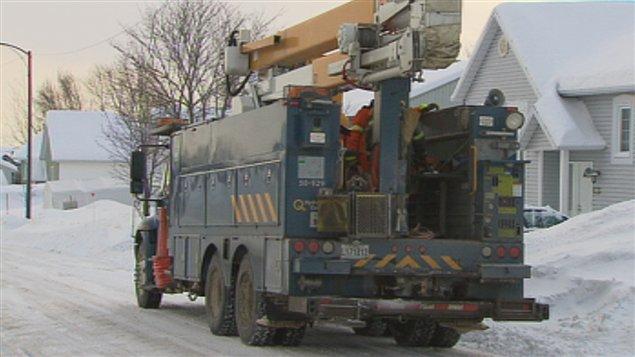 Des équipes d'Hydro-Québec sont à l'oeuvre.