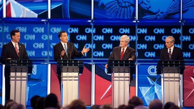 Rick Santorum, Mitt Romney, Newt Gingrich et Ron Paul au cours du débat tenu à Charleston.