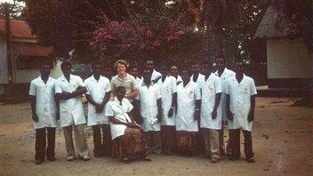 En 1986, le Dr Jacques Pépin accompagné des infirmières de l'hôpital de Nioki au Zaïre (actuelle République démocratique du Congo).