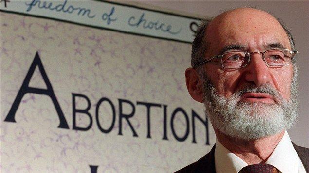 Henry Morgentaler lors d'une conférence de presse en 1998, pour souligner les dix ans de sa victoire en Cour suprême