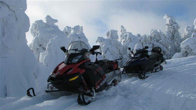 motoneige-hiver-neige