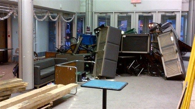 Des étudiants ont utilisé du mobilier pour ériger une barricade devant une porte d'entrée.