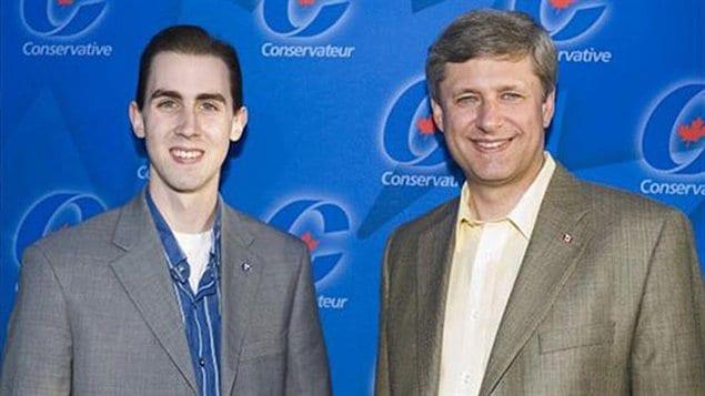 Michael Sona en compagnie du premier ministre Stephen Harper. Cette une photo non datée provient du Bureau du premier ministre.