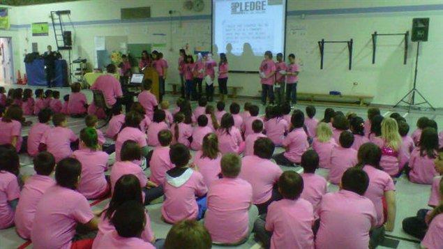 Les élèves de l'école Elm River arborant le chandail rose contre l'intimidation