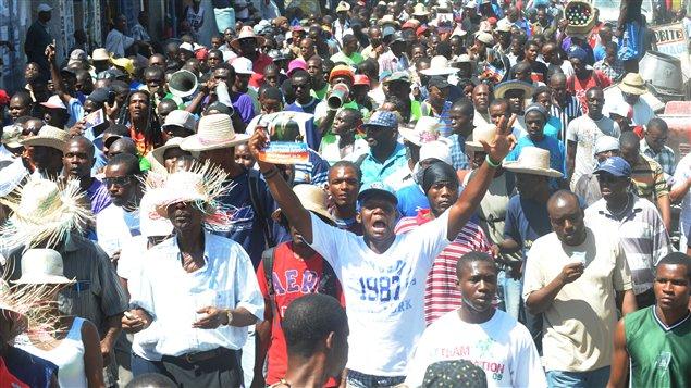 Des milliers de partisans de Jean-Bertrand Aristide rassemblés à Port-au-Prince le 29 février 2012, à Haïti.