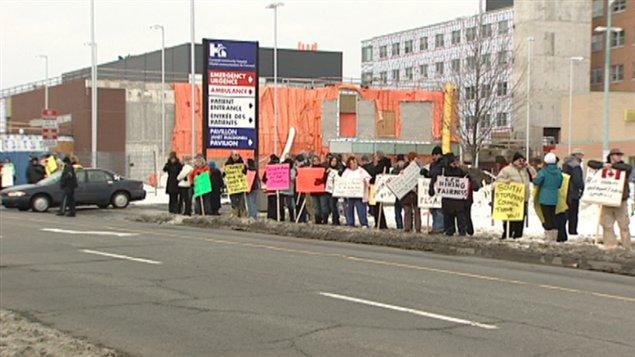 Plus d'une centaine de personnes ont manifesté devant l'Hôpital de Cornwall.