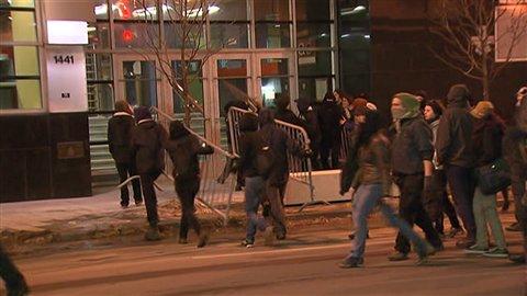 Les manifestants s'en prennent au quartier général du SPVM, rue Saint-Urbain.