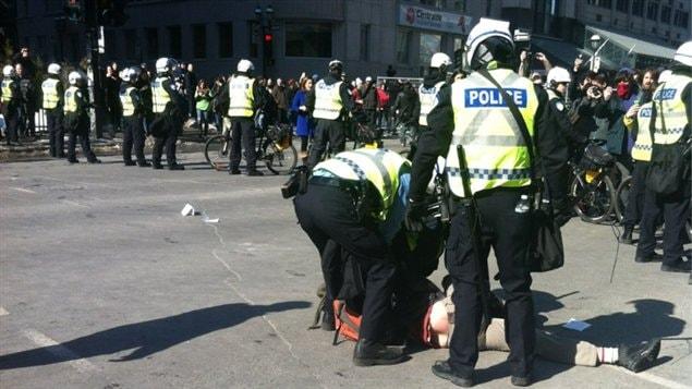 Des policiers procèdent à une arrestation.
