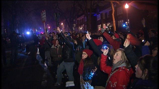 Des étudiants manifestent devant la résidence montréalaise du premier ministre Jean Charest.