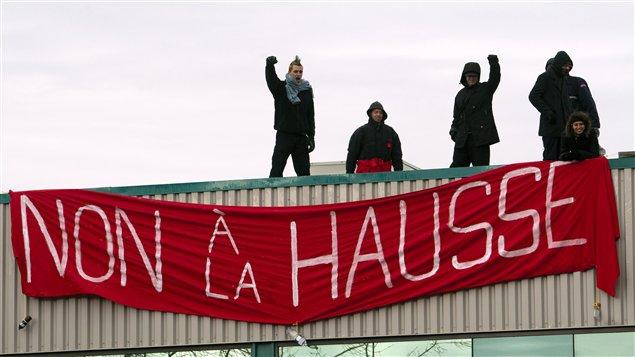 Des manifestants sur le toit des bureaux du Parti libéral du Québec