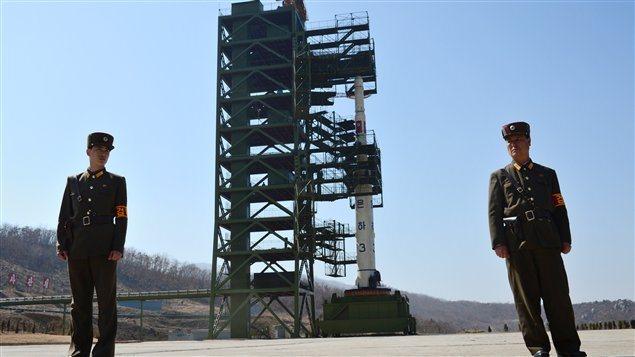 Des soldats nord-coréens près de la rampe de lancement de la fusée