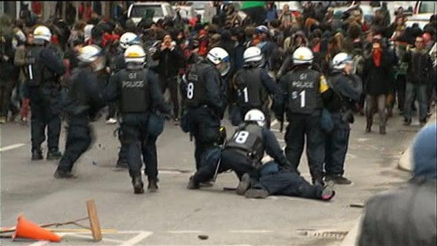 L'escouade anti-émeute du SPVM intervient