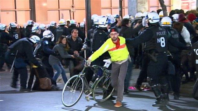 Affrontements entre policiers et manifestants au centre-ville.