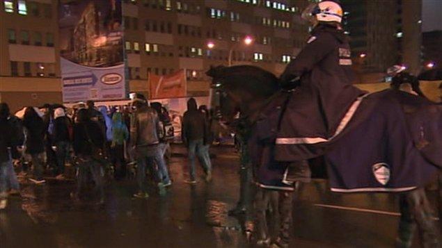Des policiers à cheval à la manifestation de jeudi soir.