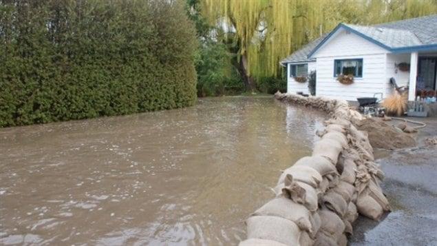 Le risque d 39 inondations reste lev dans l 39 okanagan ici radio canad - Sac de sable inondation ...