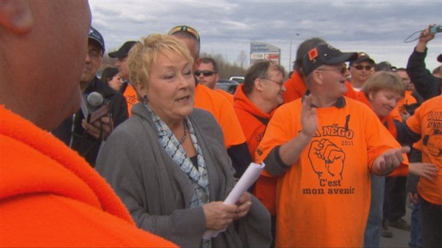 La chef du Parti québécois, Pauline Marois, rencontrant les travailleurs en lock-out de l'aluminerie Alma, en 2012