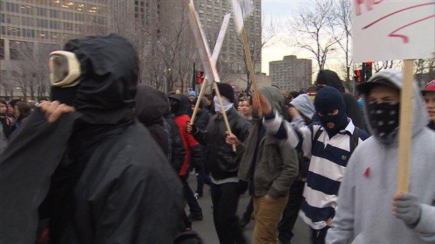 Des manifestants masqués