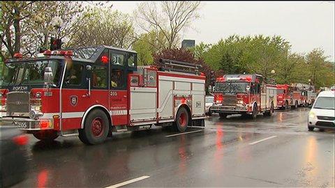 Les pompiers interviennent dans les stations de métro touchées par les bombes fumigènes.