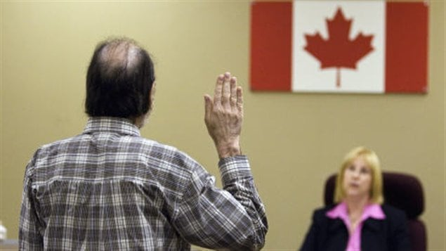 Immigrant prêtant serment au Canada