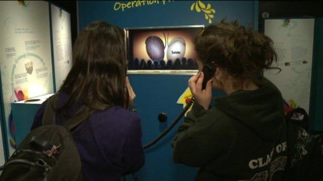 Des adolescentes visitent « Sexe : L'expo qui dit tout » à Ottawa.