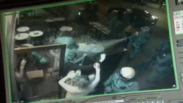 Des images captées par la caméra de surveillance du bar le Saint-Bock montrent des policiers aspergeant des clients sur la terrasse