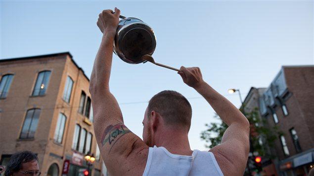 Concert de casseroles dans un quartier de Montréal.
