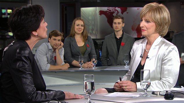 La ministre Michelle Courchesne répond aux questions d'Anne-Marie Dusssault, alors que Gabriel Nadeau-Dubois, Martine Desjardins et Léo Bureau-Blouin écoutent l'entrevue.