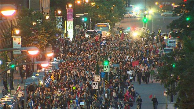 Des milliers de personnes sont de nouveau descendus dans les rues dans le cadre de la 35emanifestation nocturne.