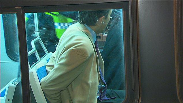 Le député Amir Khadir arrêté, menotté et embarqué à bord du autobus du RTC.