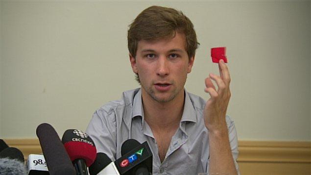 Gabriel Nadeau-Dubois brandit son carré rouge en affirmant que ce symbole ne représente pas un danger.