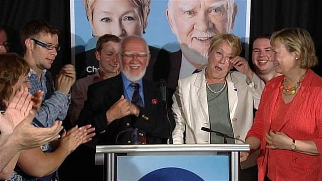 Le candidat élu dans Argenteuil Roland Richer célèbre sa victoire en compagnie de la chef du PQ Pauline Marois.