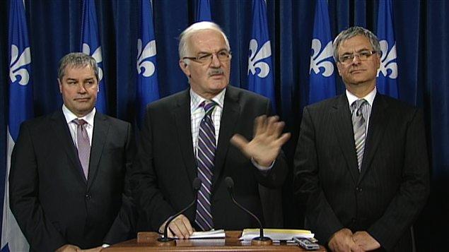 Le juriste Jean-Pierre Ménard, entouré des ministres Yves Bolduc et Jean-Marc Fournier