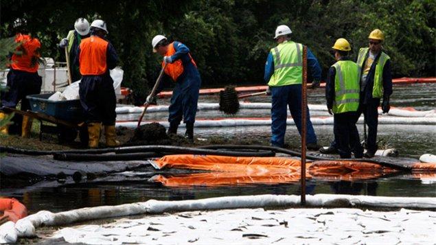 Les équipes de nettoyage à Marshall Township au Michigan à la suite de la fuite de juillet 2010.