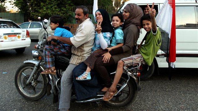 Une famille égyptienne célèbre l'élection de Mohamed Morsi à la présidence.