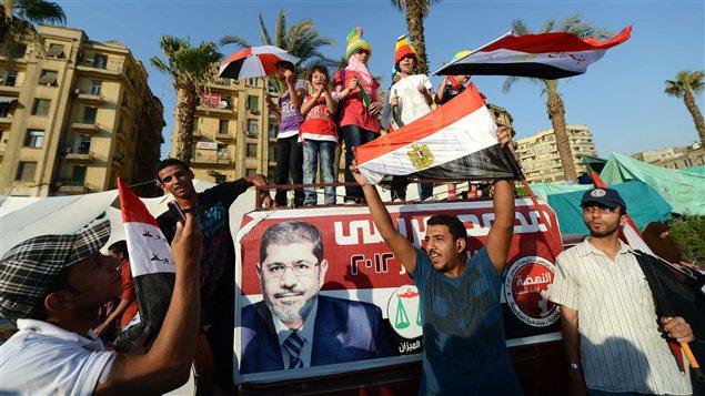 Des Égyptiens célèbrent la victoire de Mohamed Morsi.