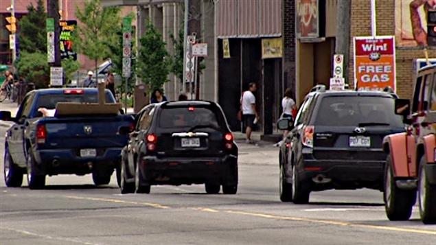 Trafic routier sur la rue Rideau à Ottawa.