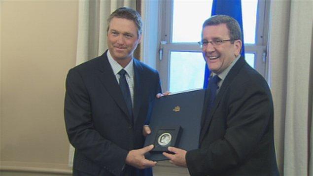 L'entraîneur des Remparts, Patrick Roy, a reçu la médaille de la Ville de Québec.