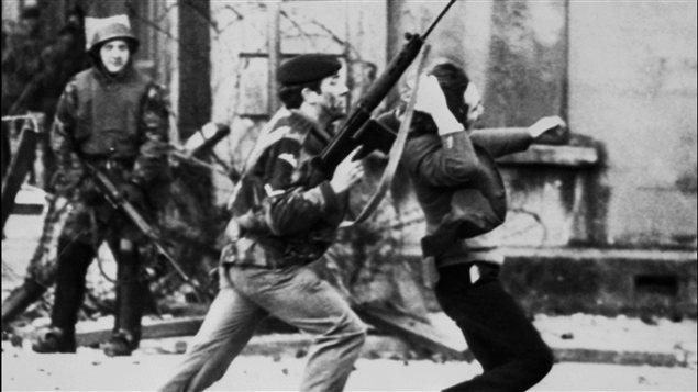 Un soldat britannique pousse un manifestant catholique à Londonderry le 30 janvier 1972.
