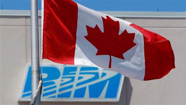 Le drapeau canadien devant le logo de RIM à Waterloo, en Ontario.