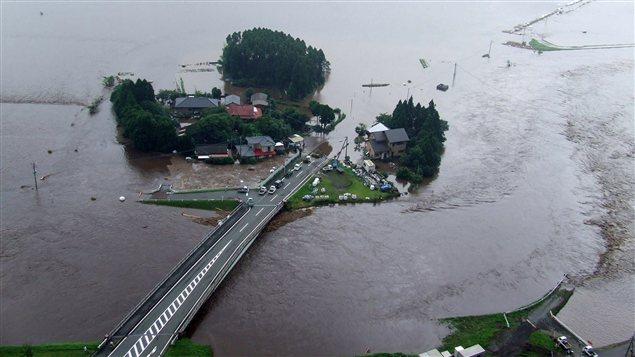 Vue aérienne de bâtiments de la ville d'Aso, dans la préfecture de Kumamoto