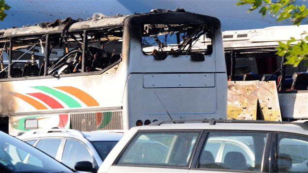 Deux autres autobus ont pris feu près l'explosion