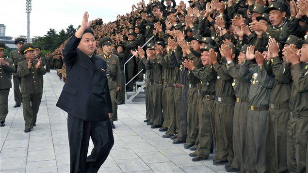 Le dirigeant nord-coréen Kim Jong-un salue des soldats de l'armée le 16 juillet 2012.